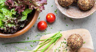 Kartoffelbällchen mit Blattsalat
